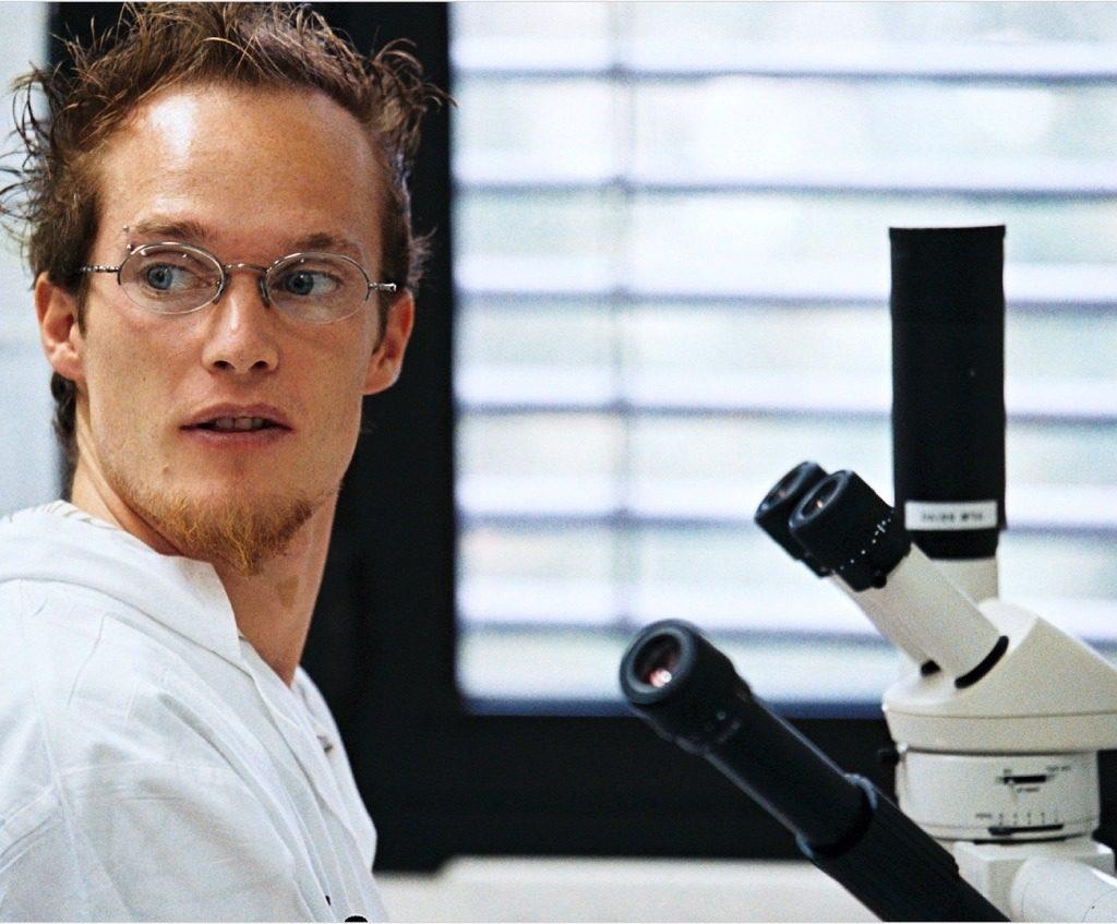 Chercheur devant un microscope - Genopole